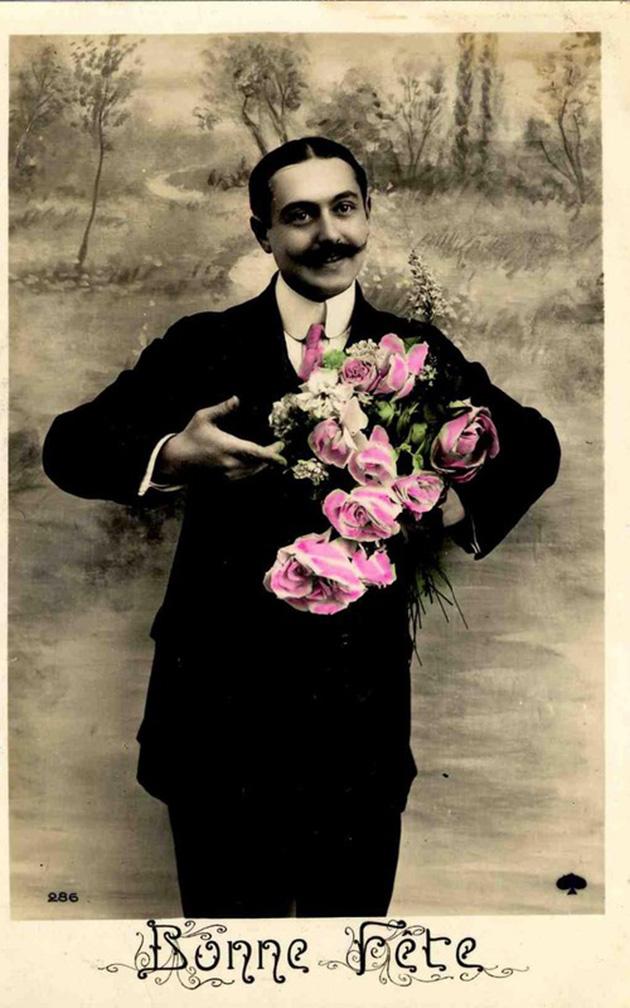 Homme moustachu souriant avec un bouquet de roses