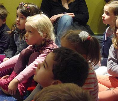 Petits enfants écoutant un conte dans la salle du conte