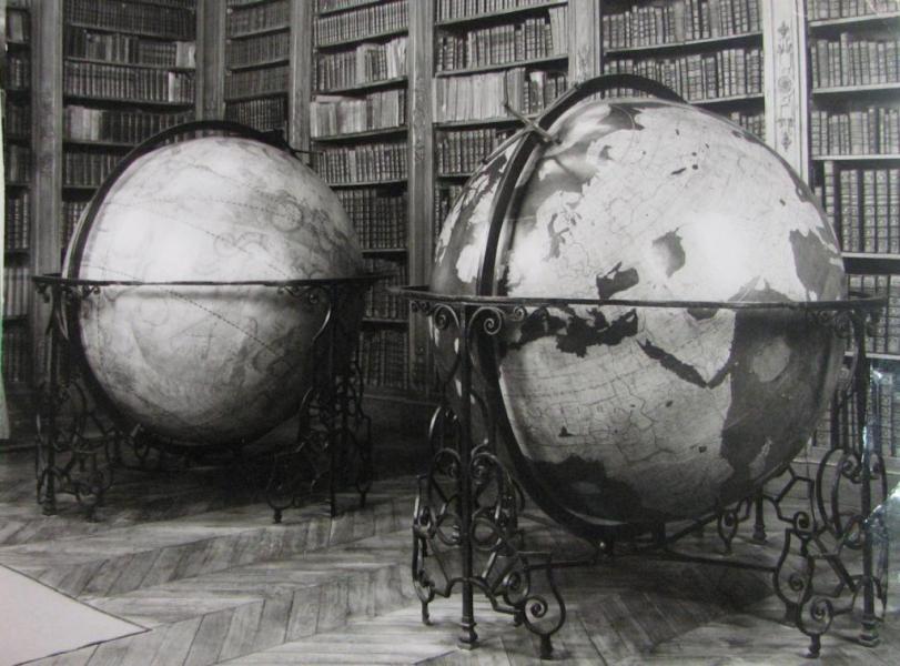 Photographie ancienne en noir et blanc des globes de la salle d'étude.