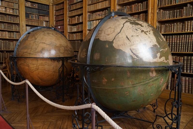 Photographie des deux globes de la salle d'étude